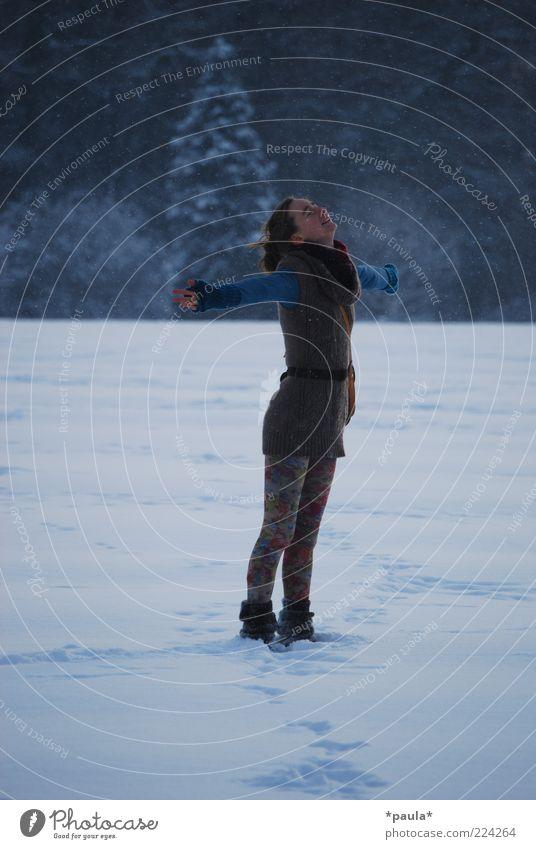 Genieß den Winter! Mensch Jugendliche blau weiß schön Baum Erwachsene feminin Schnee Landschaft träumen Mode Feld Arme