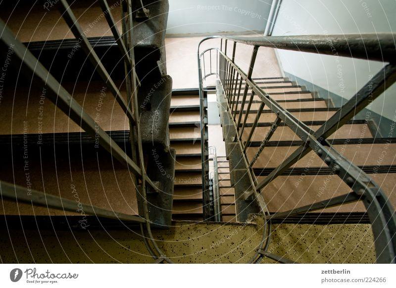 Treppe Mauer Wand Geländer Treppengeländer Treppenabsatz Treppenhaus Haus Gebäude Abstieg abwärts aufwärts Linoleum Farbfoto Innenaufnahme Tag Vogelperspektive