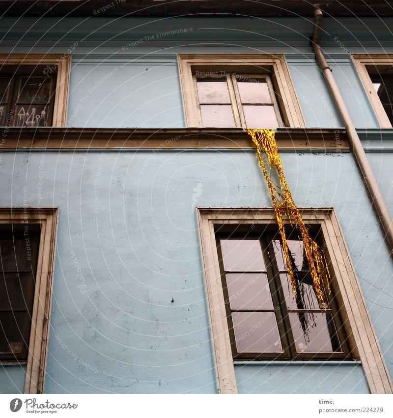 HH10.1 | Hosianna! Lametta! Haus Dekoration & Verzierung Fassade Fenster Dachrinne hängen blau authentisch Fensterscheibe Fenstersims Fallrohr Humor Witz Kunst