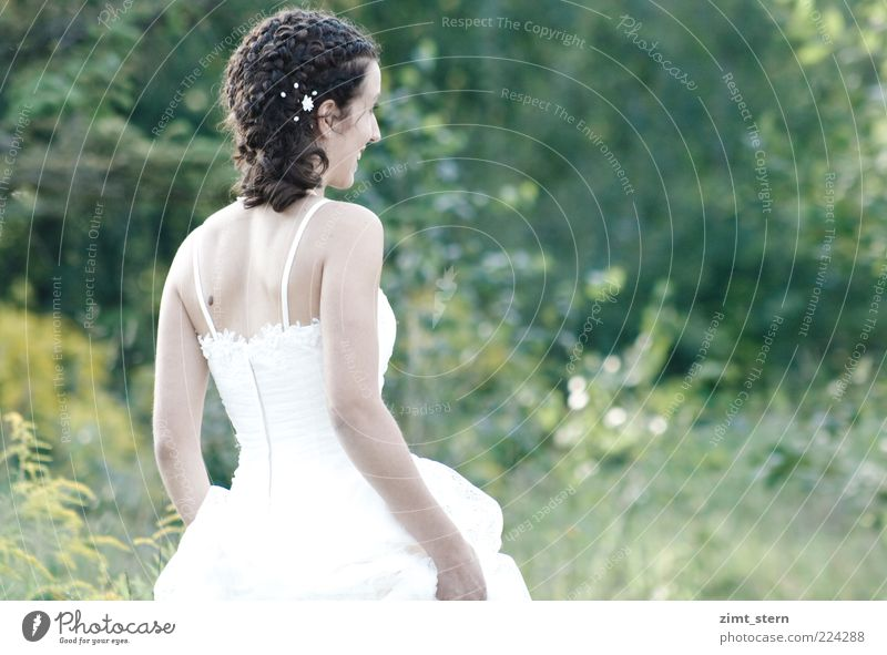 Helle Freude Hochzeit feminin Junge Frau Jugendliche 1 Mensch Sommer Brautkleid Afro-Look Lächeln Blick stehen leuchten Fröhlichkeit positiv weiß Glück