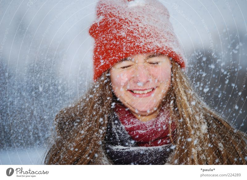Frohe Weihnachten Freude feminin Jugendliche Kopf Gesicht 1 Mensch Winter Schnee Schneefall Schal Mütze brünett langhaarig Bewegung genießen lachen leuchten