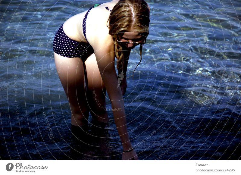Im Meer rühren Mensch Wasser Mädchen schön blau Sommer Ferien & Urlaub & Reisen ruhig Erholung Spielen Bewegung blond Zufriedenheit elegant Schwimmen & Baden
