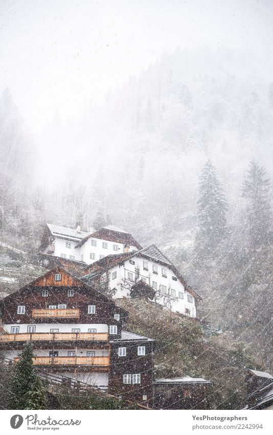 Alpines Dorf an einem schneit Tag Ferien & Urlaub & Reisen Berge u. Gebirge Haus Silvester u. Neujahr Natur Wetter schlechtes Wetter Unwetter Sturm Schnee