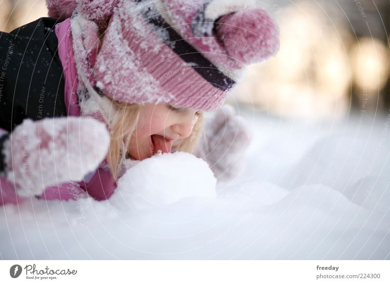 FROHE WEIHNACHTEN!!! - Guck, das schmilzt! Kleinkind Kindheit Leben Gesicht Mund Zunge 1 Mensch Umwelt Natur Winter Klima Wetter Schnee Schal Handschuhe Mütze