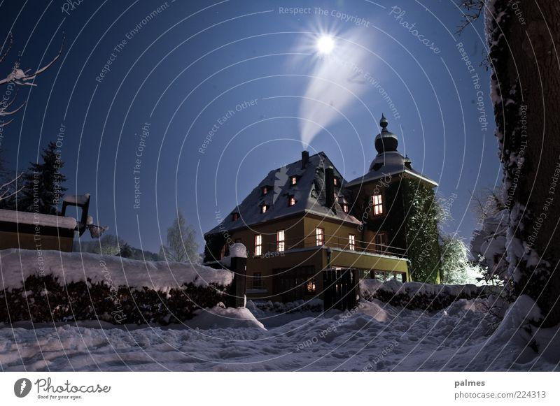 Van Helsings Haus Winter Schnee Winterurlaub Traumhaus Garten Umwelt Natur Himmel Wolkenloser Himmel Nachthimmel Mond Vollmond Turm Gebäude Architektur Terrasse