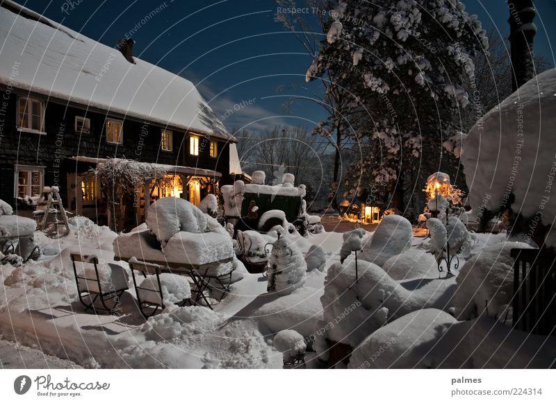 home sweet home Umwelt Natur Wolken Nachthimmel Schnee Garten Traumhaus Gebäude Architektur Landgut alt Stimmung Farbfoto Außenaufnahme Menschenleer Mondschein