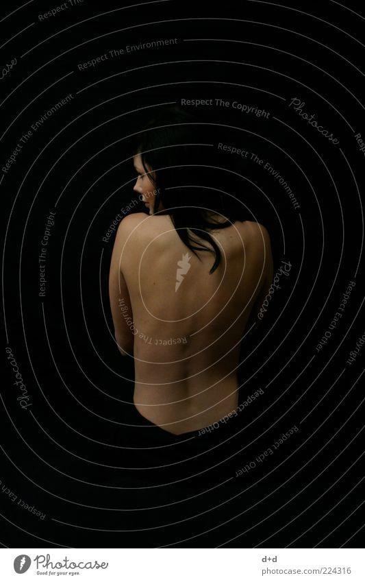 \ / feminin Frau schwarz schwarzhaarig Haare & Frisuren Rücken ästhetisch Junge Frau Kontrast Schneewittchen Haarsträhne Schüchternheit schön Haut Mitte