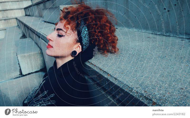 Jugendlich Frau mit städtischer Art Mensch Jugendliche Junge Frau Stadt rot Einsamkeit 18-30 Jahre schwarz Erwachsene Leben Lifestyle feminin Stil grau Stimmung