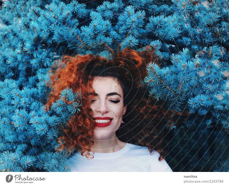 Junge und glückliche Rothaarigefrau, die in der blauen Natur sich lehnt exotisch Freude schön Haare & Frisuren Gesicht Mensch feminin Junge Frau Jugendliche 1