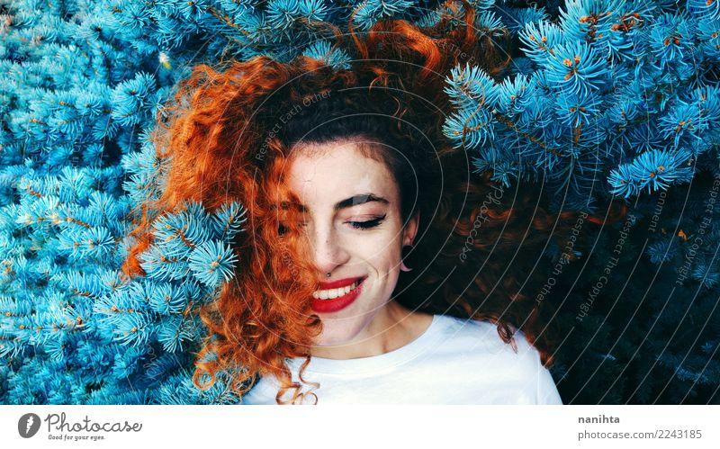 Junge Rothaarigefrau und ein blauer Baum Lifestyle exotisch Freude schön Mensch feminin Junge Frau Jugendliche 1 18-30 Jahre Erwachsene Umwelt Natur Piercing