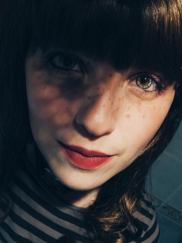 Junge Frau mit einem Muster von Schatten in ihrem Gesicht Stil Design Haut Lippenstift Sommersprossen Mensch feminin Jugendliche 1 18-30 Jahre Erwachsene Kunst
