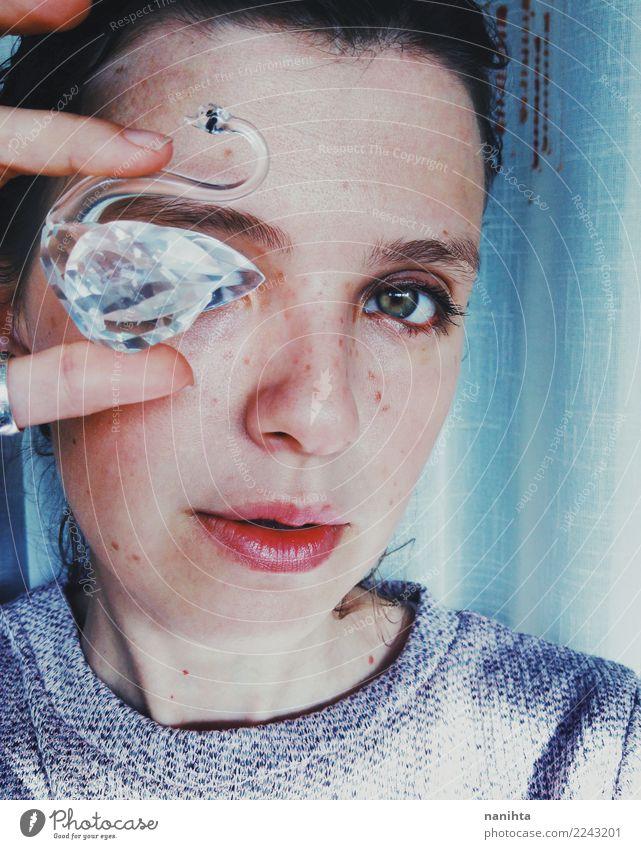Junge Frau, die einen Kristallschwan anhält Lifestyle Reichtum elegant Stil schön Haut Gesicht Sommersprossen Mensch feminin Jugendliche 1 18-30 Jahre