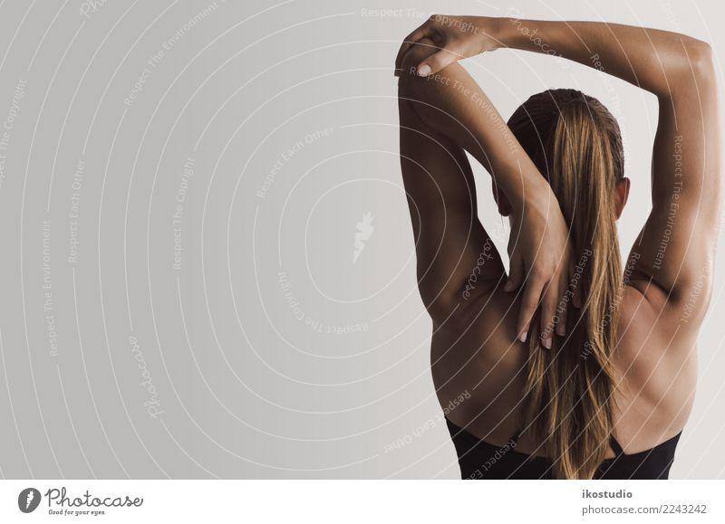 Ich strecke meine Arme aus. Lifestyle schön Körper Erholung Sport Yoga Mensch Frau Erwachsene Fitness sportlich muskulös grau strecken Rücken üben Gesundheit