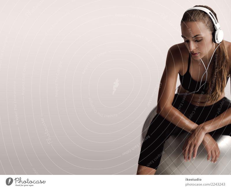 Ich bin für heute fertig. Lifestyle schön Körper Erholung Musik Sport Yoga Mensch Frau Erwachsene Mode Fitness hören sitzen sportlich muskulös grau üben