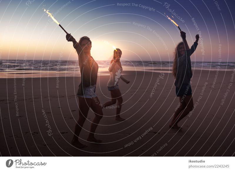 Strandparty Freude Glück Freizeit & Hobby Spielen Ferien & Urlaub & Reisen Freiheit Sommer Feste & Feiern Frau Erwachsene Freundschaft Jugendliche Hand