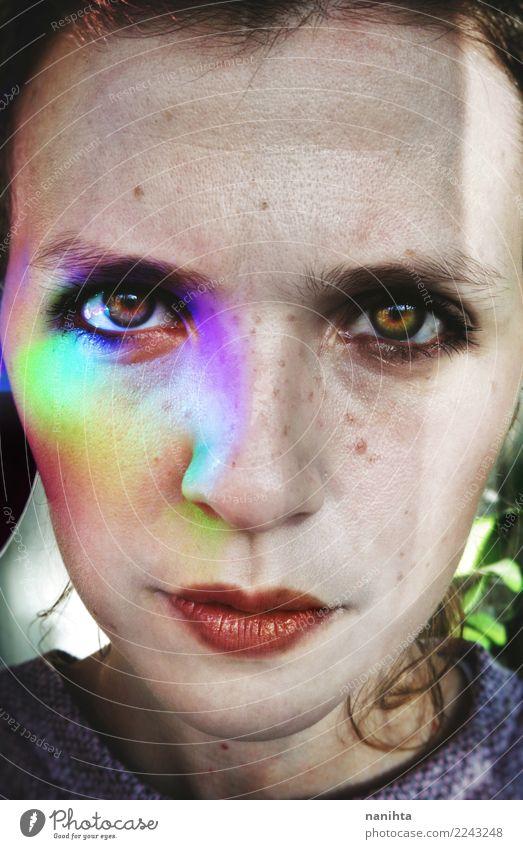 Close up Portrait einer jungen Frau mit farbigen Lichtern Design schön Sommersprossen Mensch feminin Junge Frau Jugendliche Gesicht 1 18-30 Jahre Erwachsene