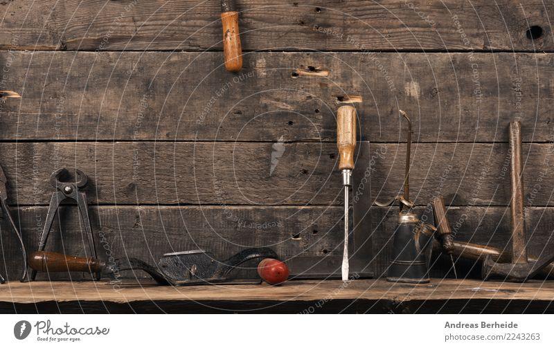 Werkzeug auf einer Werkbank Erwachsenenbildung Handwerker Arbeitsplatz Hammer alt retro Idee einzigartig Kreativität Tradition brown table steel home