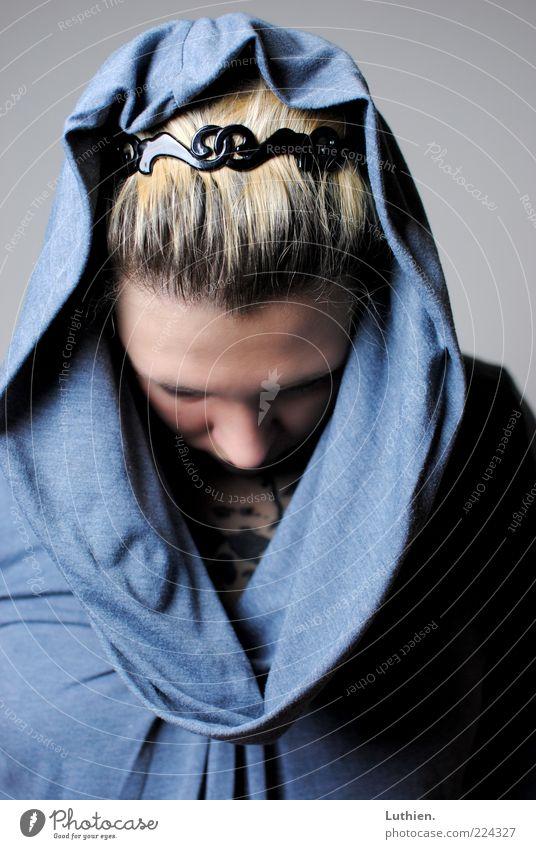 abgewandt Frau Mensch Jugendliche blau feminin grau Erwachsene blond natürlich Stoff unten Scham Kapuze Junge Frau