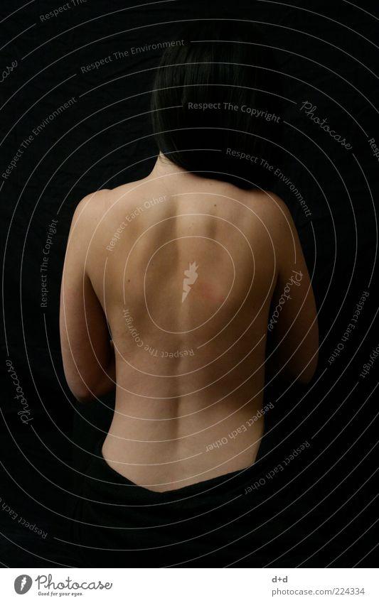 '\ /' Frau schwarz feminin nackt Haut Rücken ästhetisch Schulter schwarzhaarig Kontrast Mensch Nackte Haut Frauenrücken rückenfrei