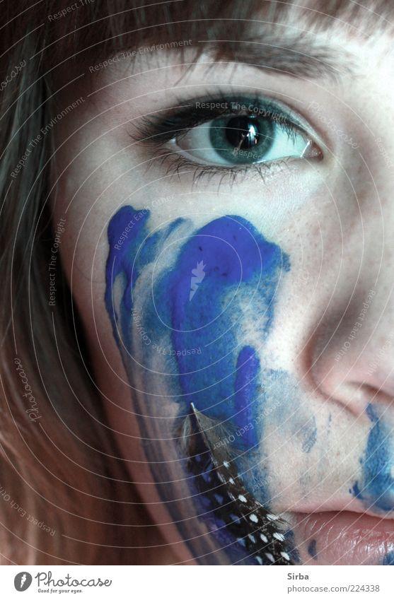indian eye Mensch feminin Junge Frau Jugendliche Gesicht Auge Nase Lippen glänzend weich blau Feder Farbfoto Innenaufnahme Nahaufnahme Kunstlicht