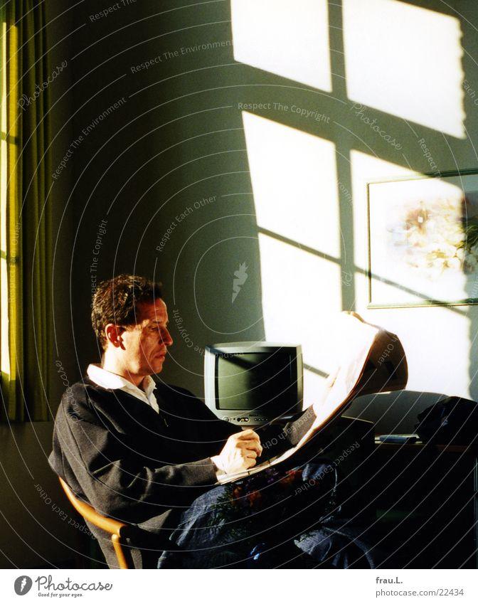 Mann im Hotel Freizeit & Hobby lesen Ferien & Urlaub & Reisen Sessel Fernseher Erwachsene Gemälde Zeitung Zeitschrift Fenster sitzen Gelassenheit ruhig klug