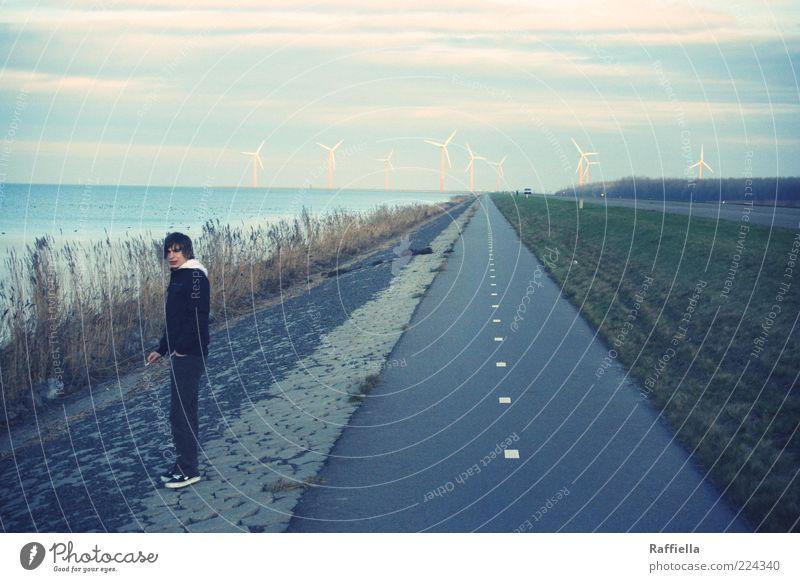 nowhere Jugendliche Wasser Meer Wolken Erwachsene Straße Wiese Landschaft Gras warten maskulin stehen Rauchen 18-30 Jahre Windkraftanlage Schilfrohr