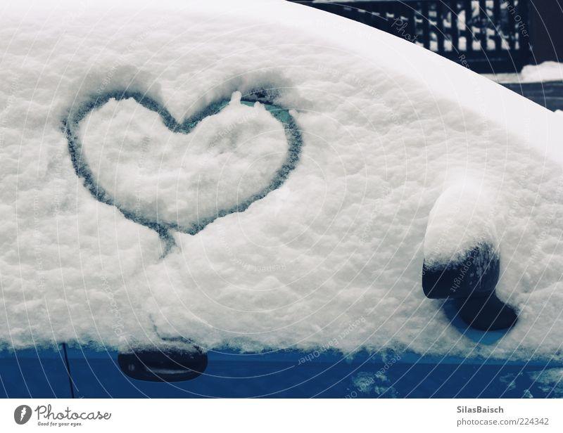 I Love Snow Winter Schnee Fahrzeug PKW Herz herzlich blau weiß Farbfoto Außenaufnahme Tag herzförmig gemalt Symbole & Metaphern Schneedecke Autofenster Liebe