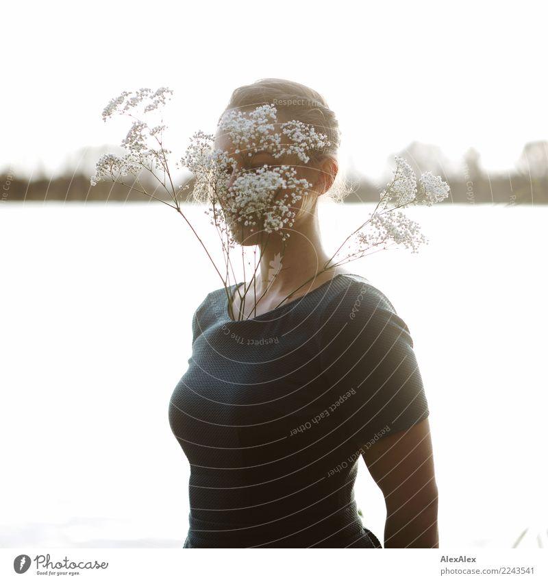 durch die Blume Jugendliche Junge Frau schön Landschaft Freude 18-30 Jahre Erwachsene Herbst natürlich feminin Ausflug Zufriedenheit ästhetisch Lächeln