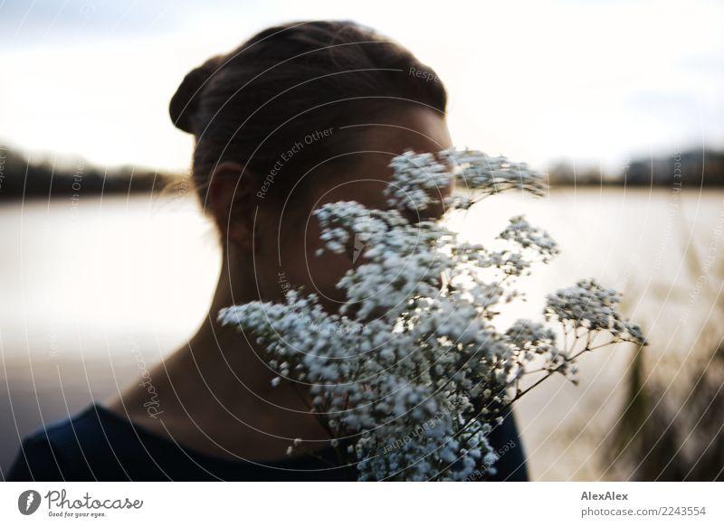 1,79€ für die Blumen Natur Jugendliche Junge Frau schön Landschaft Freude 18-30 Jahre Erwachsene Leben Liebe natürlich Glück Kopf ästhetisch Idylle