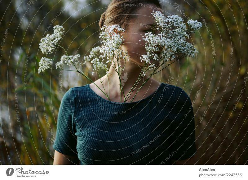 Blumenmädchen Freude schön Wohlgefühl Junge Frau Jugendliche 18-30 Jahre Erwachsene Landschaft Schönes Wetter Sträucher Seeufer Kleid brünett Stauss Blick