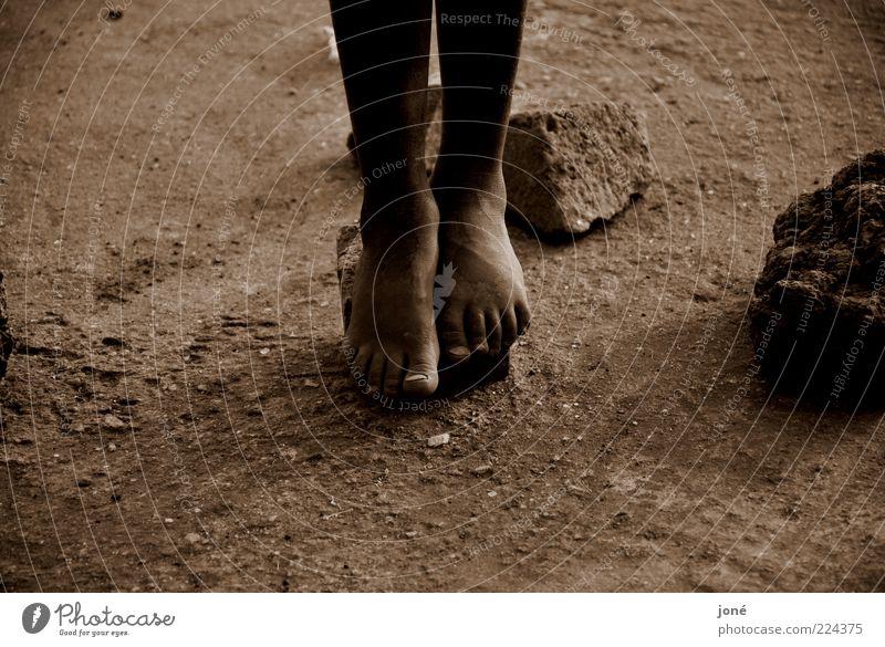 Kinderfüße/Ruanda Spielen Ferne Mensch Kindheit Beine Fuß 1 Erde Stein Armut eckig braun Mitgefühl Hoffnung Trauer schuldig Stress Sepia Farbfoto Außenaufnahme