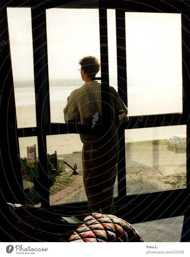 im Hotel Mann Meer Strand Ferien & Urlaub & Reisen ruhig Einsamkeit Straße Erholung Fenster träumen Küste Bett beobachten Frankreich Bucht Atlantik