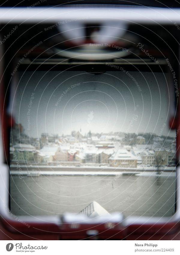 look through the lichtschacht Wasser alt Winter Haus kalt Wand Schnee Mauer Gebäude Wetter Klima Fluss Dach Hafen Fotokamera historisch