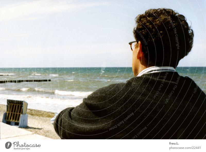 Blick aufs Meer Mann Sommer Strand Ferien & Urlaub & Reisen träumen Denken Sand Wellen Rücken Ostsee Gedanke Strandkorb Mecklenburg-Vorpommern