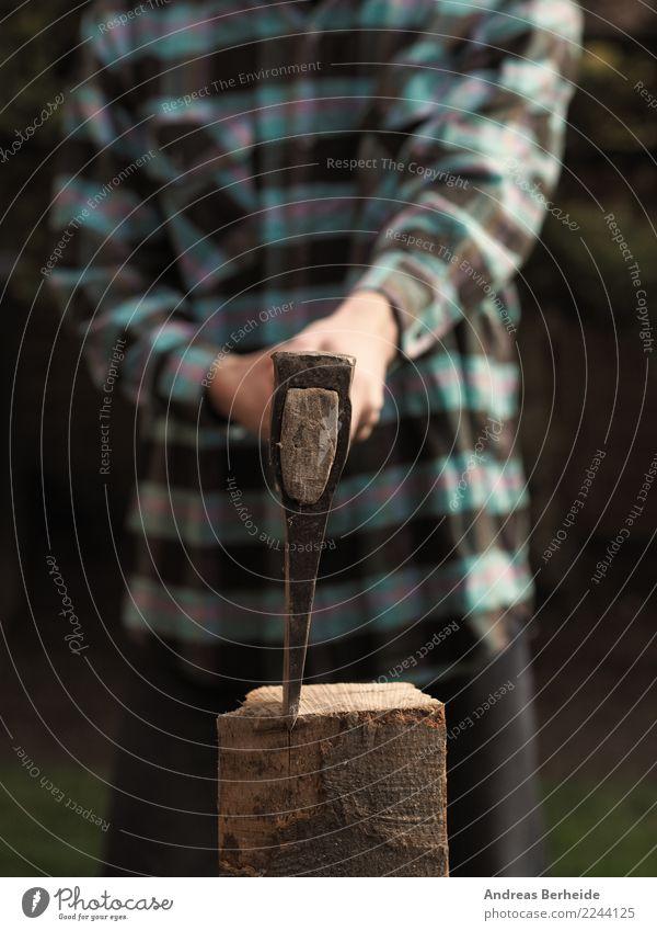 Holz hacken Winter Garten Werkzeug Axt maskulin Mann Erwachsene Hand 1 Mensch 30-45 Jahre Natur Arbeit & Erwerbstätigkeit stark nachhaltig energy cutting axe
