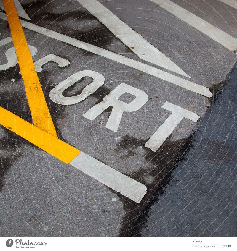 kein Ort gelb Farbe Straße dunkel Stein Linie Schilder & Markierungen Beton Ordnung modern Schriftzeichen neu authentisch Streifen Güterverkehr & Logistik rein