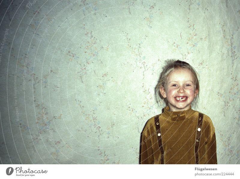 Der Zahn der Zeit Mensch Kind Mädchen Spielen Glück lachen lustig elegant Wohnung Freizeit & Hobby Fröhlichkeit Lifestyle Kindheit Zähne Häusliches Leben Tapete