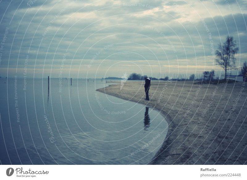 verloren Ausflug Ferne Strand Meer Denken gehen nachdenklich blau Wolkendecke Wolkenhimmel Wasser Sand Baum Spiegelbild Horizont grau trist Einsamkeit