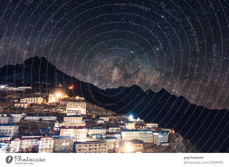 Milchstraße über Gebirgszug bei Namche Barzaar, Nepal Landschaft Erde Nachthimmel Stern Berge u. Gebirge Thamserku Asien Dorf blau mehrfarbig Milchstrasse
