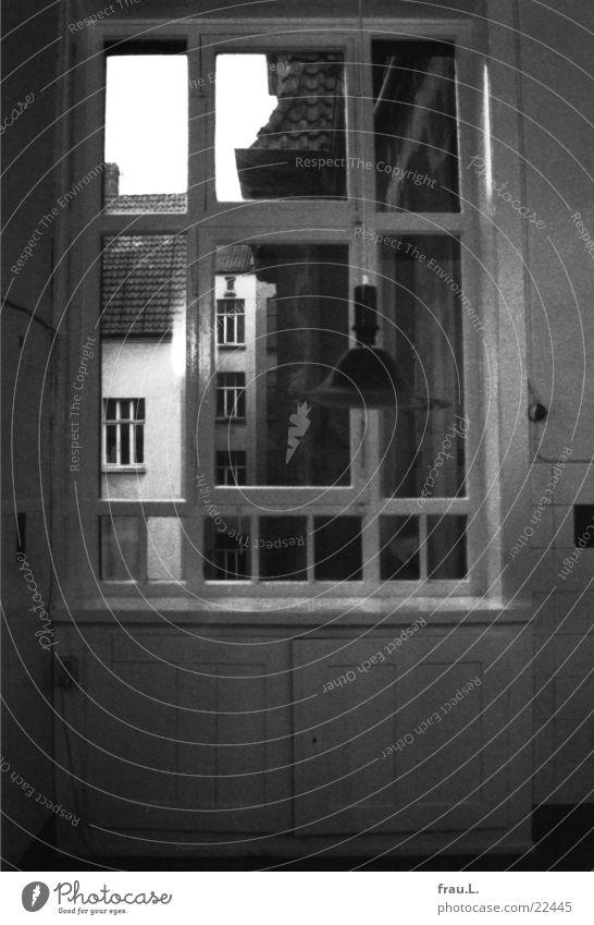 Fenster zum Hof alt Stadt Lampe Architektur Wohnung leer Küche Fliesen u. Kacheln Umzug (Wohnungswechsel) Abschied Trennung Hinterhof Hannover Altbau listig