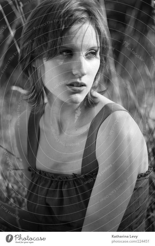 (es war) spätsommer Mensch feminin Frau Erwachsene 1 18-30 Jahre Jugendliche Sommer Schönes Wetter Kleid brünett kurzhaarig atmen beobachten sitzen schön