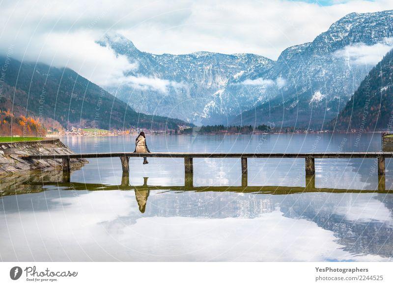 Mädchen, das auf einer Plattform über einem See sitzt Frau Mensch Natur Ferien & Urlaub & Reisen Jugendliche Junge Frau Erholung Einsamkeit Freude