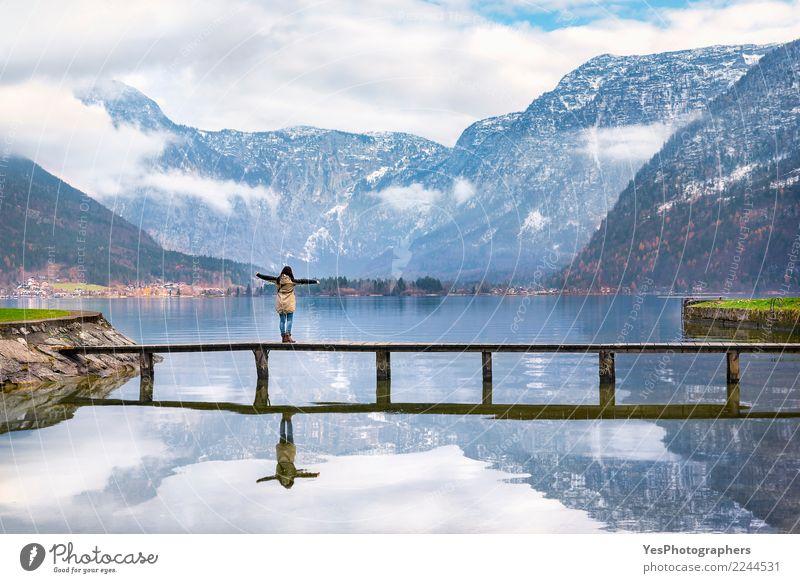 Frau, die alpine Landschaft genießt Mensch Natur Ferien & Urlaub & Reisen Jugendliche Junge Frau Einsamkeit ruhig Freude Berge u. Gebirge Erwachsene Tourismus