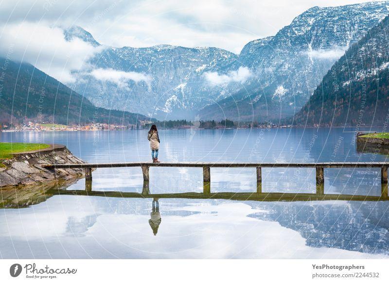 Frau auf einer Plattform über einem alpinen See Mensch Natur Ferien & Urlaub & Reisen Jugendliche Junge Frau Einsamkeit Freude Berge u. Gebirge Erwachsene