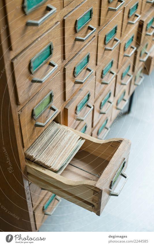 Alte geöffnete hölzerne Fächer Möbel Schallplatte Bibliothek Aktenordner Holz alt fallen retro braun Tradition Archiv katalogisieren altehrwürdig Postkarte