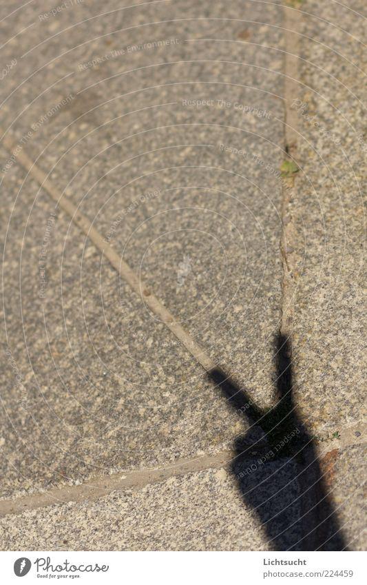 Sieg auf ganzer Linie Hand Straße grau hell Erfolg Finger Ecke Hoffnung Frieden Straßenbelag zeigen Fuge Geometrie Pflastersteine Optimismus gestikulieren