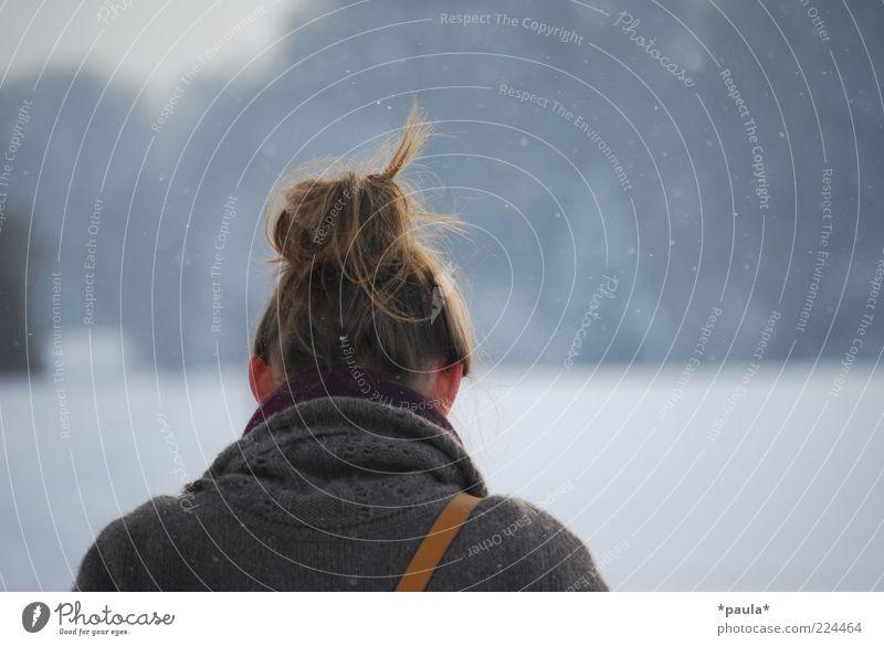 Kalte Ohren feminin Kopf Haare & Frisuren 1 Mensch Landschaft Winter Schnee Feld Pullover brünett langhaarig Zopf Hochsteckfrisur Denken gehen stehen einfach