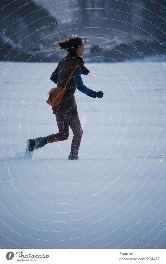 Der Winter wartet nicht... Freude feminin Junge Frau Jugendliche 1 Mensch 18-30 Jahre Erwachsene Landschaft Schnee Feld Bekleidung Tasche langhaarig Bewegung
