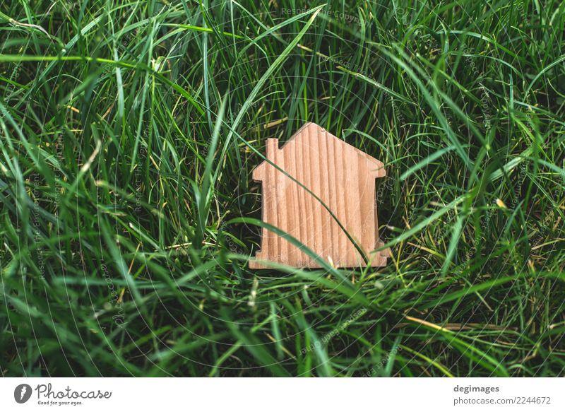 Kleines Holzhaus im Garten Design Haus Dekoration & Verzierung Business Umwelt Gras Gebäude Spielzeug authentisch klein grün Anwesen Miniatur Entwurf