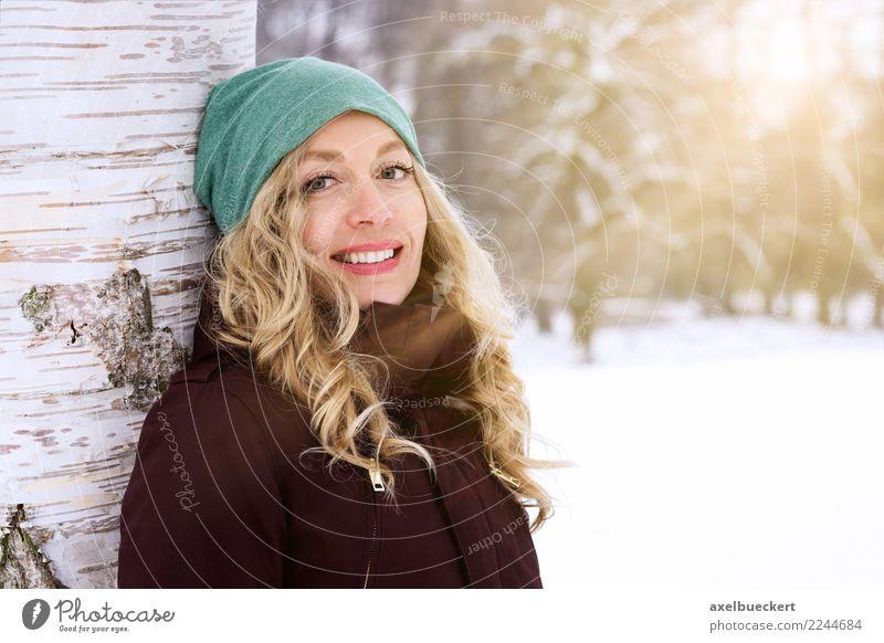 blonde Frau genießt sonnigen Wintertag Mensch Natur Jugendliche Junge Frau Landschaft Baum Erwachsene Lifestyle feminin Schnee lachen Glück Freizeit & Hobby